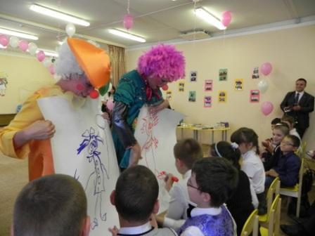 На празднике всех веселили клоуны